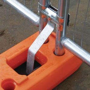Panel fencing - Anti-lift for feet